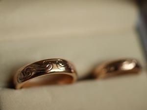 Handgraverat keltisktmönster på förlovningsringar i 18k rödguld
