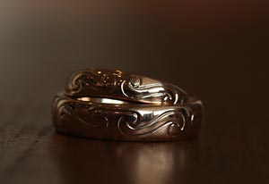 Ett keltiskt mönster handgraverat på förlovningsringar